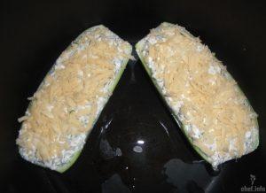 Разрезанные кабачки посыпанные сыром