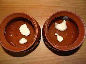 Вкусные пельмешки в горшочках с грибами и солеными огурчиками