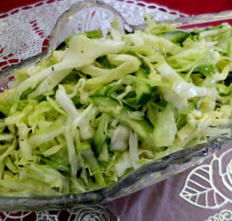 Салат со свежей капустой и огурцами