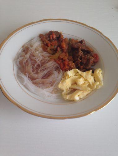 мясной соус с гарниром и соевым соусом