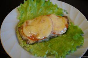 Свинина с помидором под сыром