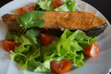 Семга с салатом