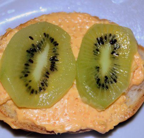 Бутерброды с икорным маслом и киви