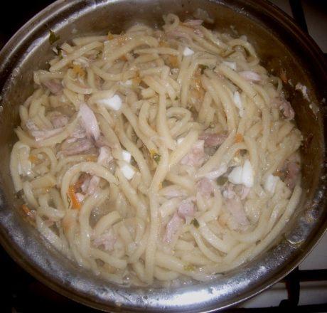 Домашняя лапша на курином бульоне (с мясом и рублеными яйцами)