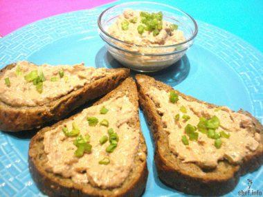 Рецепт приготовления домашнего печеночного паштета с маринованным огурцом.