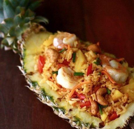 Рис в ананасе по-тайски с креветками