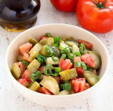 Салат из соленых огурцов и свежих помидоров