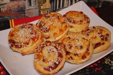 Слоеные булочки с колбасой