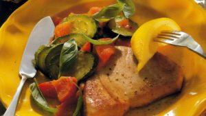 Филе тунца с овощами в духовке