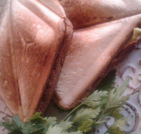 Тост с омлетом, сыром и колбасой