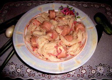 Кудрявые сосиски со спагетти, сыром и салями