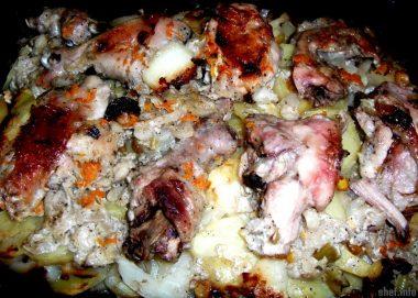 Курочка в майонезе, запечённая с картофелем