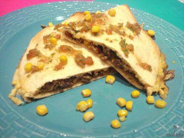 Мексиканская тортилья с начинкой.