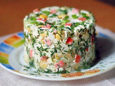 Рецепт салата с крабовым мясом и кукурузой