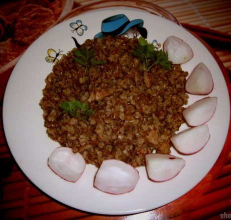Рассыпчатая гречневая каша с луково-мясной поджаркой