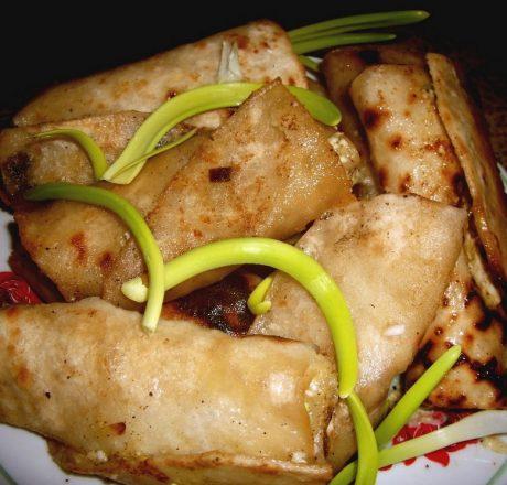 Рецепт приготовления вкусной закуски в виде сырно-яичных палочек из лаваша.