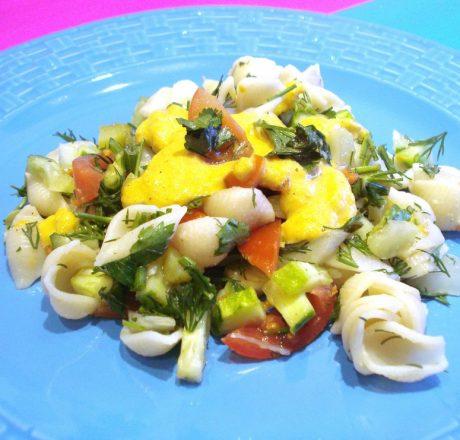 Теплый салат с макаронами и овощами.