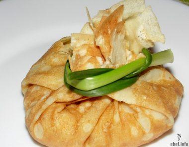 Блинные мешочки с курицей и сыром