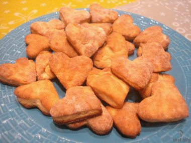 Фигурное печенье с творогом и бананом.