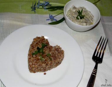 Рассыпчатая гречневая каша со сливочно-грибным соусом