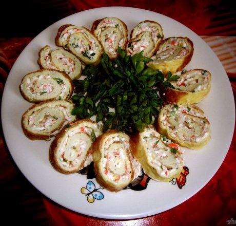 Яичный рулет с плавленым сыром и крабовыми палочками