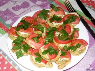 закуска из кабачков в кляре с помидорами