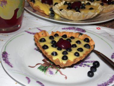Корзинки с заварным кремом и ягодами