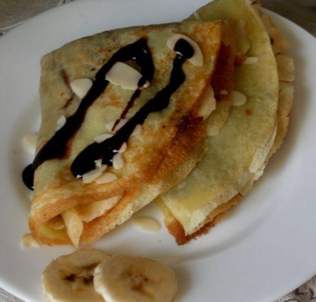 Сладкие блины с бананом и шоколадной пастой