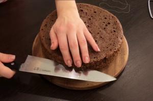 Надрезание бисквита ножом
