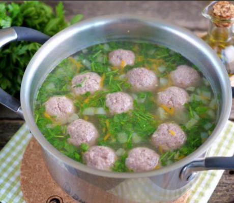 Суп с фрикадельками и зеленью