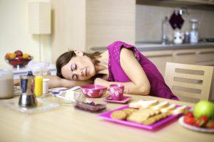 Девушка засыпает после еды