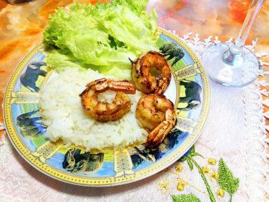 Креветки под чесночным соусом с паровым рисом
