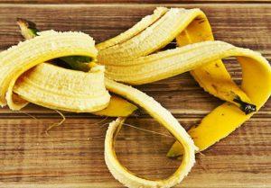 Банановая шкурка на столе