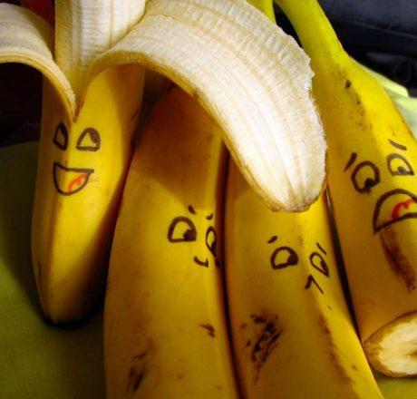 Бананы с рожицами