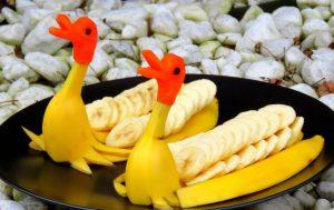 Украшение из банановой кожуры