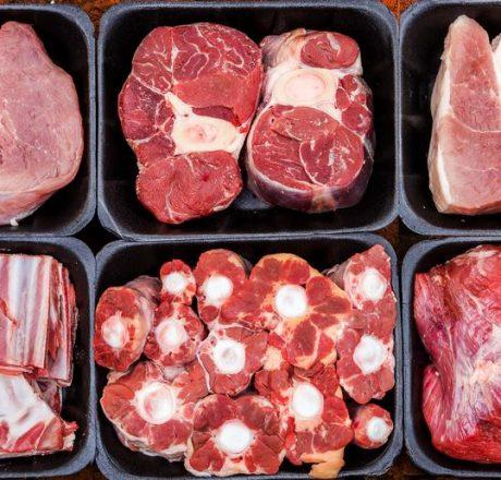 Упакованные по лоточкам кусочки мяса