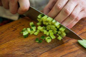 Измельчение кабачка ножом