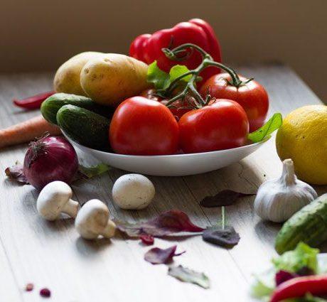Свежие овощи в тарелке