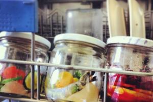 Баночки с едой в посудомоечной машине