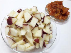 Творожный сметанник с яблоками и курагой