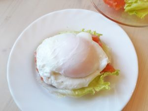 Яйцо пашот с семгой на гренке