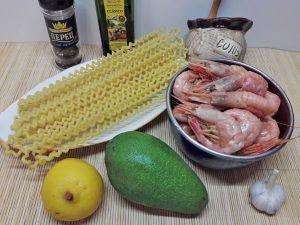 Паста с креветками и авокадо