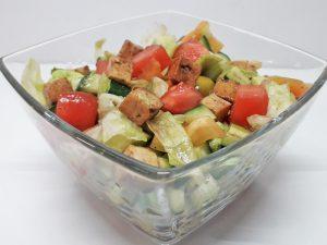 Овощной салат с обжаренным тофу