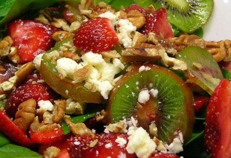 Салат из клубники, киви и шпината