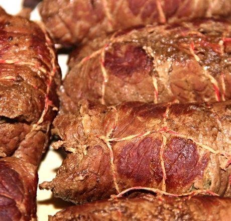 Рулетики из тушеных говяжьих стейков