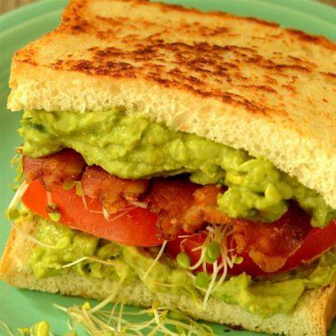Полночный закусочный сэндвич с авокадо