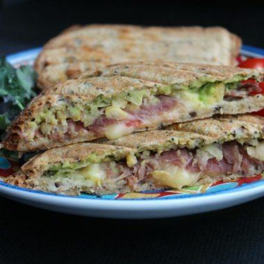 Сэндвич с авокадо и прошутто