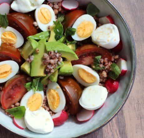 Миска с гречкой, авокадо и перепелиными яйцами