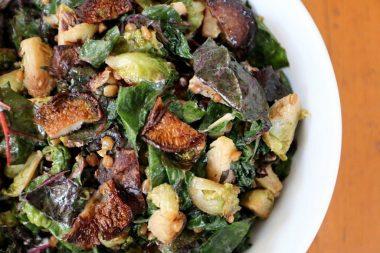 Салат из зеленных и пшеницы с грибами