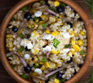 Салат из перловки и кукурузы с козьим сыром